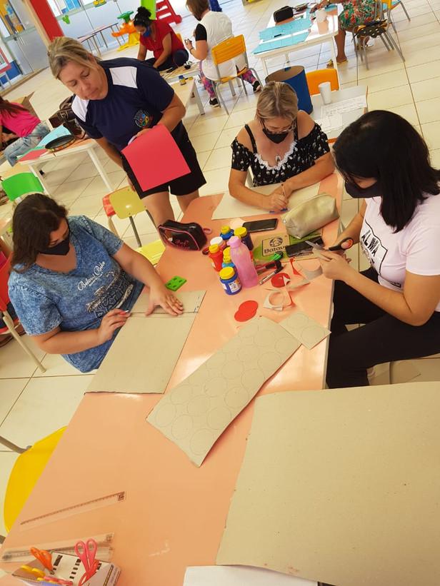 Equipe do CMEI JESSÉ MURBACK reunida elaborando materiais e atividades não presenciais