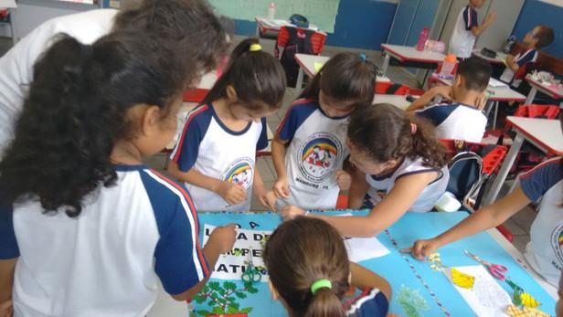 Alunos confeccionando cartazes para o JEPP na Escola Prof. Elizabete