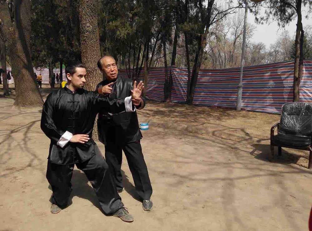 El GM Zhang Xigui guiando al Maestro Aznous