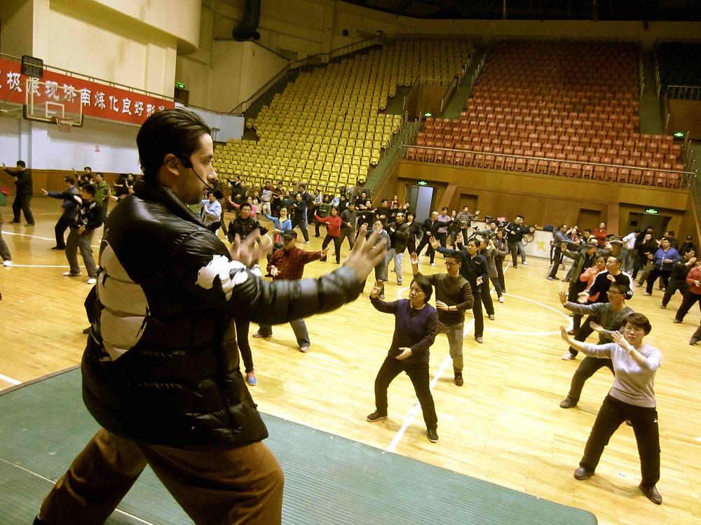 Maestro Aznous dando clases de Taiji en China