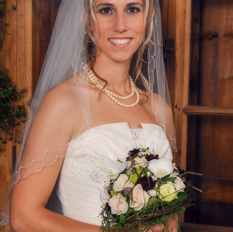 Ein Blick, ein Lächeln, eine Berührung, ein Kuss - all diese Dinge können Menschen verbinden. Ich erzähle wahre Liebesgeschichten, die während eines einzigen Hochzeitstages passieren. Einzigartige Augenblicke, die heute wertvoll, und morgen unbezahlbar sind.