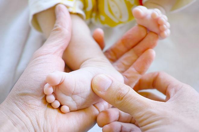 Réflexologie plantaire sur un bébé