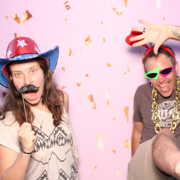Pretty photo booth backdrop for weddings