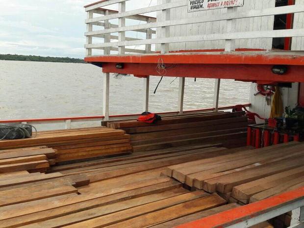 Carga de madeira era transportada em embarcação no rio Pará sem guia florestal e nem documentos fiscais. (Foto: Divulgação/ascom Sefa)