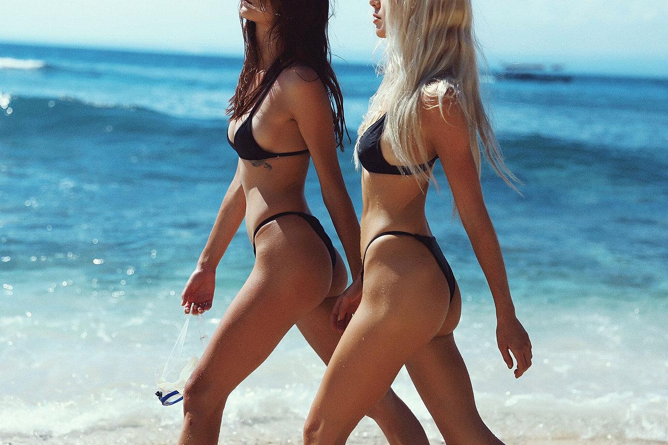 Видео две девушки на пляже какие