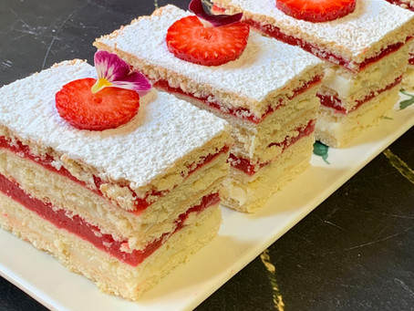 עוגת שכבות קרם וניל-תותים