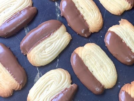 עוגיות זילוף חמאה ובציפוי שוקולד