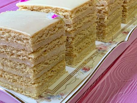 עוגת שכבות דבש אגוזי לוז ושוקולד לבן