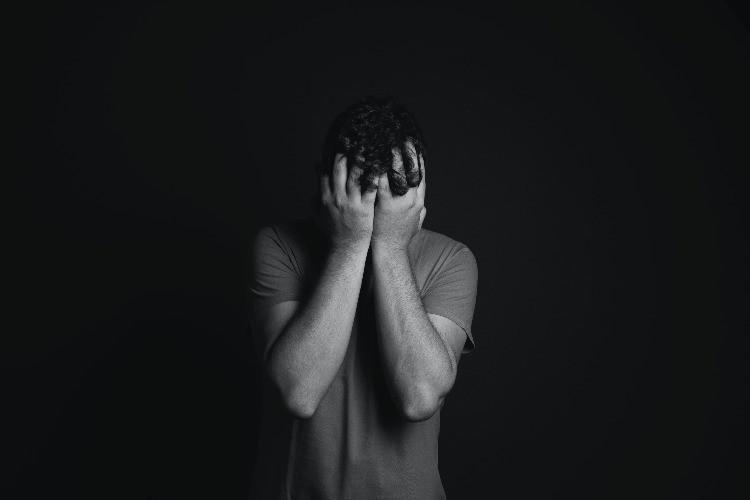 Un ragazzo in preda a un attacco depressivo