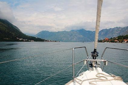 sailing-boat-1028489_1920.jpg