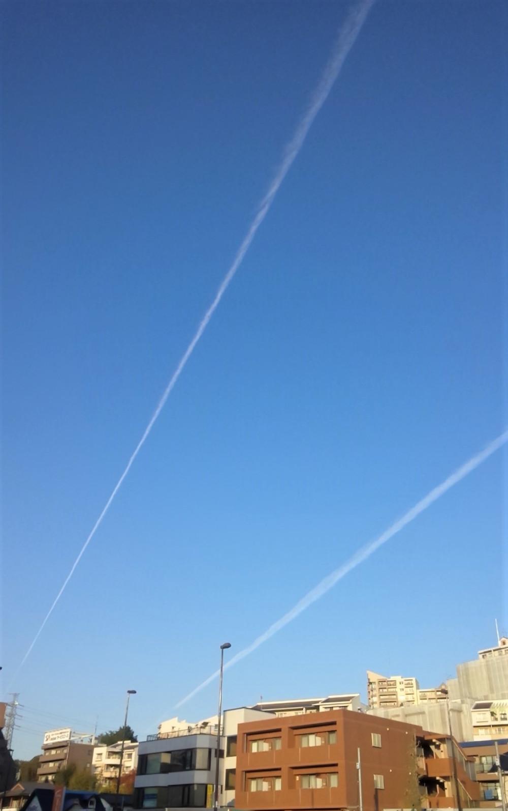 多摩市多摩センターの整体院身体均整堂からだやの飛行機雲の二重奏