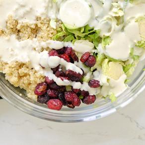 Salade croquante & crémeuse au choux de Bruxelles et cranberries