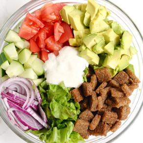 Salade d'été crémeuse aux croûtons croquants