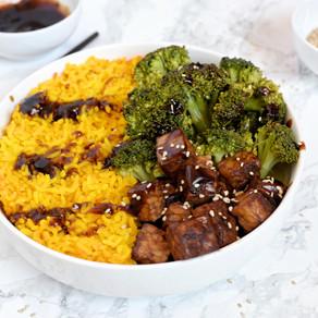 Tempeh laqué au soja, brocoli et riz jaune