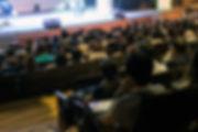 vue-arriere-du-public-ecoutant-conferenc