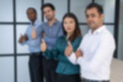 groupe-affaires-multiracial-posant-dans-