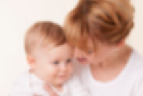 Hebamme Jennifer Andewald mit Baby auf der Hand