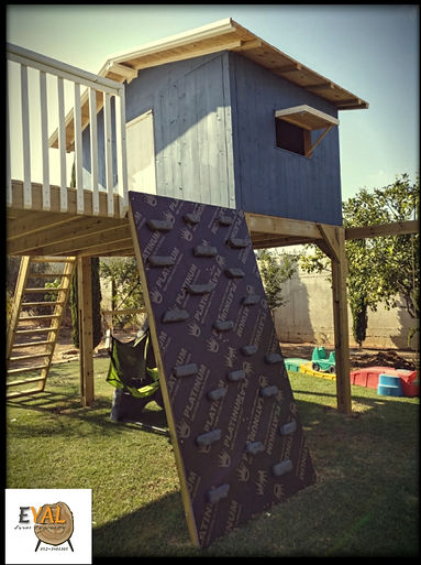 בית עץ עם מגלשה , עמוד כבאים וקיר טיפוס