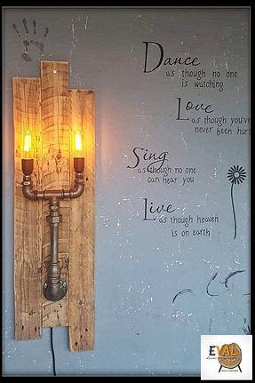 מנורת קיר מעוצבת מעץ ממוחזר וצנרת ברזל