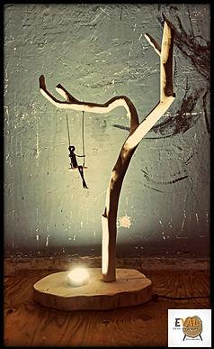 מנורת שולחן מעוצבת מעץ טבעי בשילוב ברזל