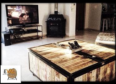 שולחן ארגז מעוצב מעץ ממוחזר ומסגרת ברזל