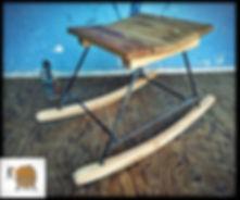 כיסא נדנדה מעץ צבעי בשילוב ברזל