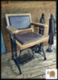 כיסא מעוצב על שולחן מכונת תפירה וינטייג'
