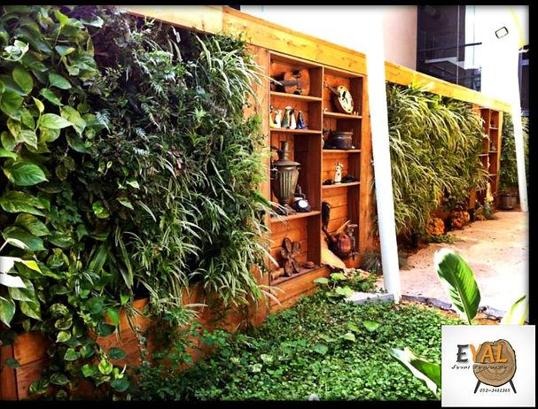קיר ירוק מעץ ממוחזר בשילוב צמחיה