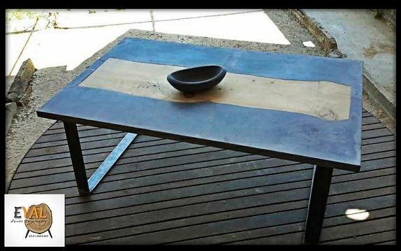 שולחן פלטת בטון משולב בעץ ורגלי ברזל