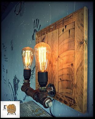 מנורה מעץ ממוחזר וצנרת ברזל