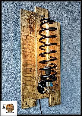 מנורת קיר מעוצבת מעץ ממוחזר וקפיץ רכב מברזל