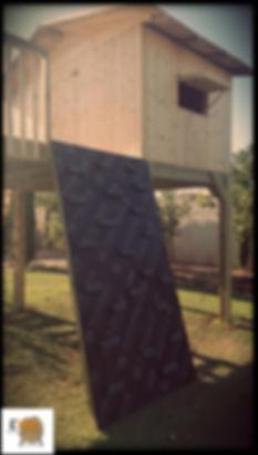 בית עץ עם מגלשה וקיר טיפוס