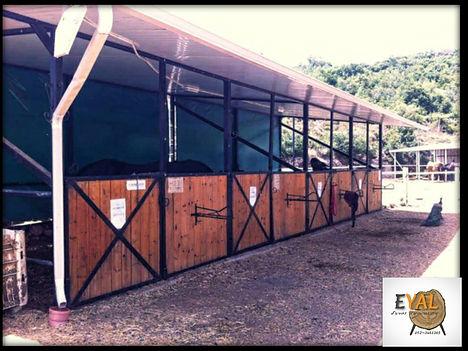 אורוות סוסים עץ בשילוב ברזל