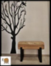 ספסל מעוצב מעץ טבעי בשילוב רגלי ברזל שחור