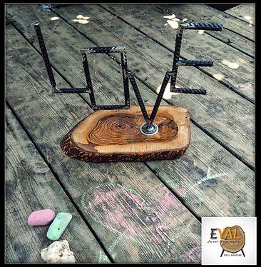 love מעוצב בברזל על פרוסת עץ