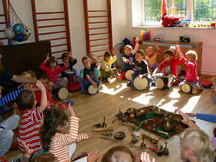 Jonas Koukl drumming kids