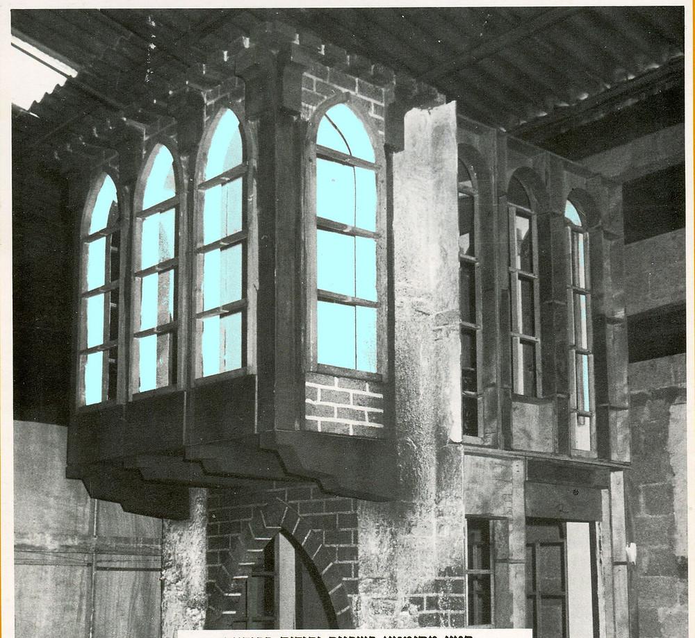 מבנה דו קומתי עם קשתות מחודדות. בקומת הקרקע הקירות עשויים מלבנים ובקומה העליונה מורכבת מחלונות צרים וארוכים עם זכוכיות שקופות