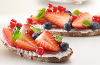 Toast met een salade van rode vruchten en ricotta