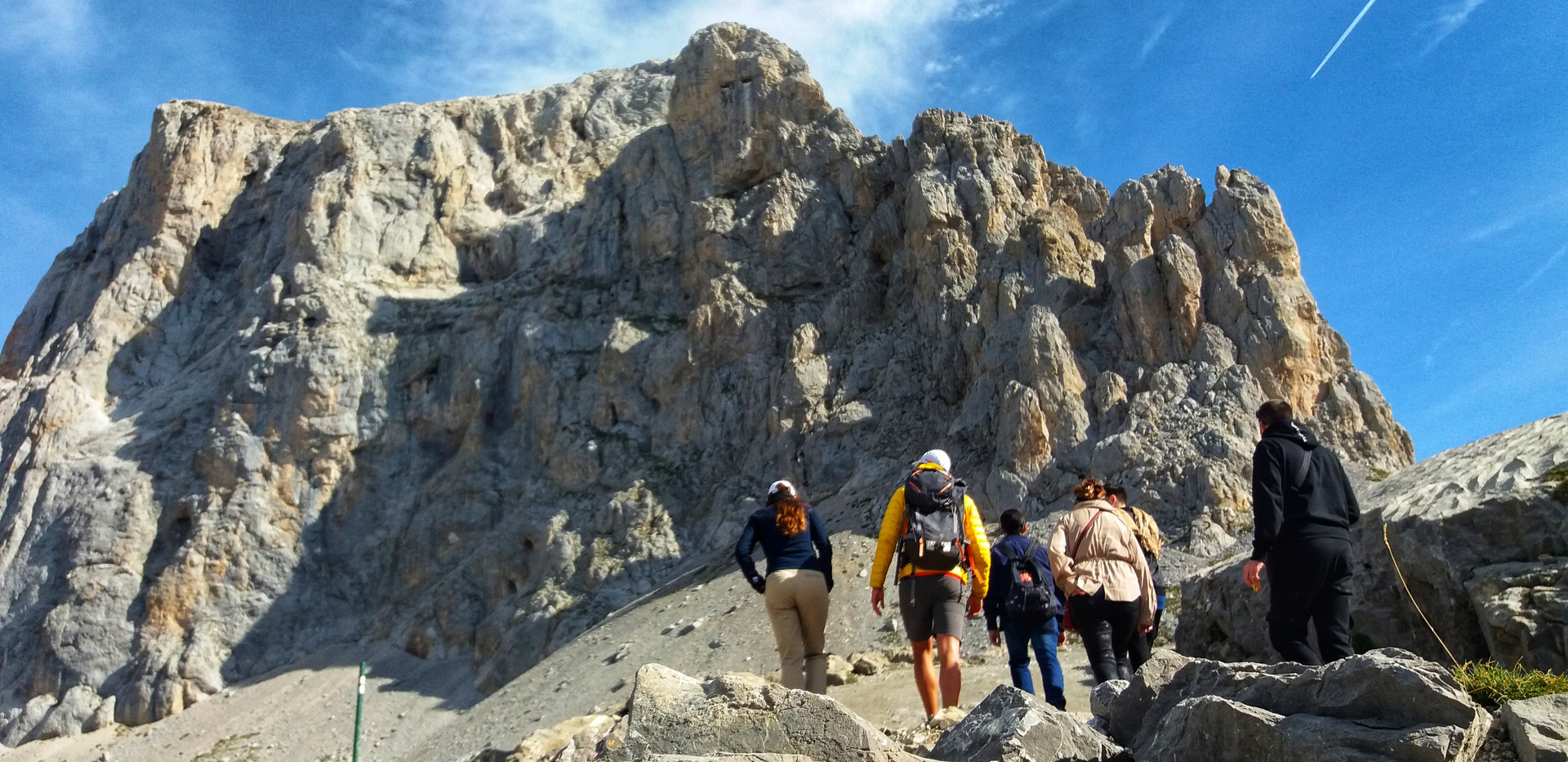 haciendo senderismo en Picos de Europa