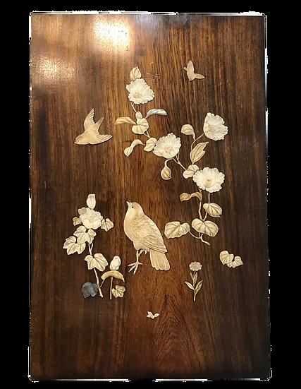 Panneau de bois incrusté de nacre et ivoire : fleur et oiseaux, fin XIX