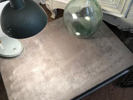 Ambiance industrielle chic avec cette petit table basse en fer brossé.