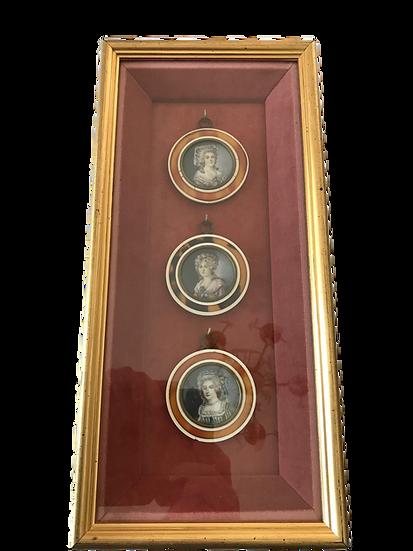 Magnifique petite vitrine murale comprenant 3 miniatures anciennes du XIX ème