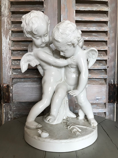 Groupe en biscuit faïencé:  Cupidon se battant pour un coeur d'après Pigalle