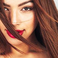 Mujer con los lápices labiales rojos