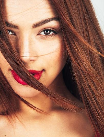 Kobieta z czerwonymi ustami zabiegi na twarz mikrodermabrazja Kopalni Piękna Katowice