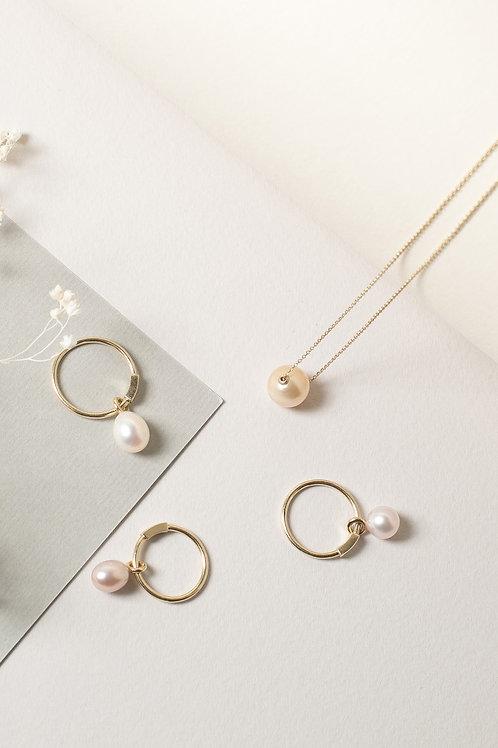 Золотое кольцо с каплевидный подвижной жемчужиной