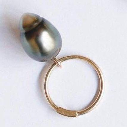 Золотое кольцо с подвижной морской жемчужиной барокко