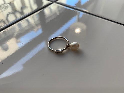 Серебряное кольцо с подвижной жемчужиной каплей