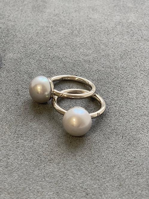 Золотое кольцо с жемчужиной-пуговицей среднего размера