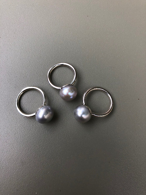 Серебряное кольцо с жемчужиной пуговицей среднего размера